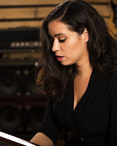 lola-bai-chanteuse-pianiste-guitariste-gd2